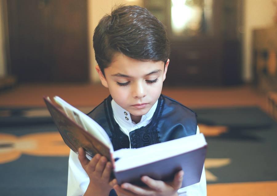 صورة فوائد القراءة للطفل , صور طفل يقرا